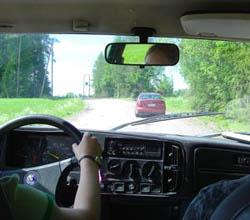 peltojen halki käy turistin tie, opaskin pohtii, missä automme lie
