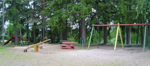 leikkipuisto sen jälkeen kun lapset olivat lähteneet karkuun epäilyttävästi kameroillaan tähtäileviä turisteja