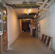 bunkkerikäytävää eteenpäin mennään, vasemmalla oven takana metelöidään